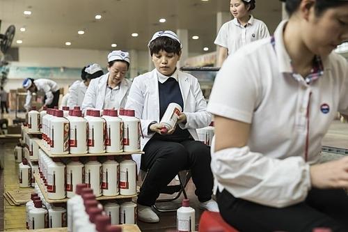 Công nhân trong nhà máy của Kweichow Mowtai tại Quý Châu (Trung Quốc). Ảnh: Bloomberg