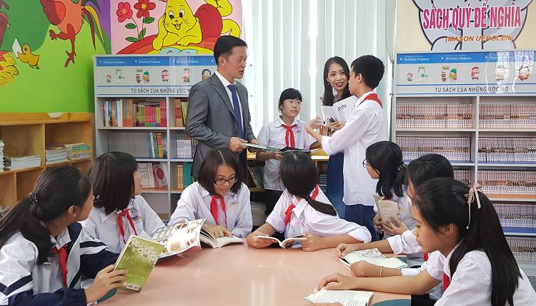 Học sinh Bắc Giang đọc sách và giao lưu cùng đại diện ban giám đốc Shinhan Finance.