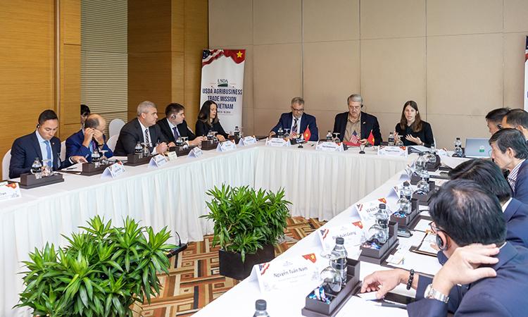 Toàn cảnh hội nghị bàn tròn vềnhững lợi thế và thách thức khi phổ biến nhiên liệu sinh học và nhựa sinh học tại Việt Nam