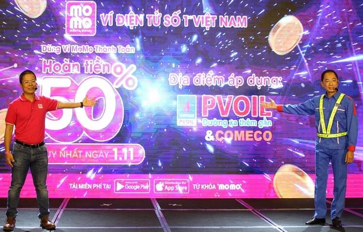 Ông Phạm Thành Đức - Tổng giám đốc MoMo (trái) và ông Cao Hoài Dương -Tổng giám đốc PVOIL (phải) giới thiệu dịch vụ thanh toán tiền xăng bằng mã QR Code trên MoMo.