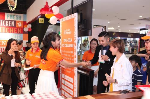 Ánh Dươnggiao lưu, chụp hình cùng những người hâm mộ và thực khách đến cửa hàng Popeye strong buổi khai trương.