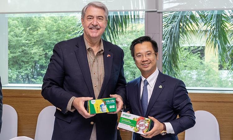 Ông Đinh Xuân Cường - Tổng giám đốc Tập đoàn An Phát Holdings (bên trái) và Thứ trưởng Bộ Nông nghiệp Mỹ Ted McKinney.