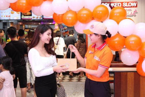 Ra mắt tại gian hàng TN-36, Đ9-8, Tầng B1 TTTM Vincom Mega Mall Times City, Popeyes được kỳ vọngsẽ trở thành một điểm check-in ưa thích cho các fan gà rán tại thủ đô.