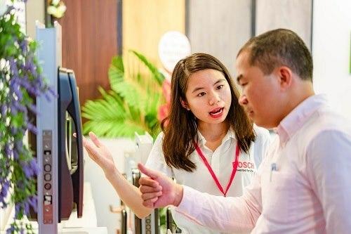 Nhân viên hãng hướng dẫn khách hàng sử dụng khóa điện tử Bosch.