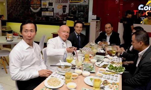Mark Mobius ngồi ăn với lãnh đạo Huy Việt Nam. Ảnh:Đức Minh.
