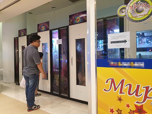 Một khách hàng người Hàn đứng chờ vào box karaoke tại một trung tâm thương mại ở Hà Nội. Ảnh: Minh Châu