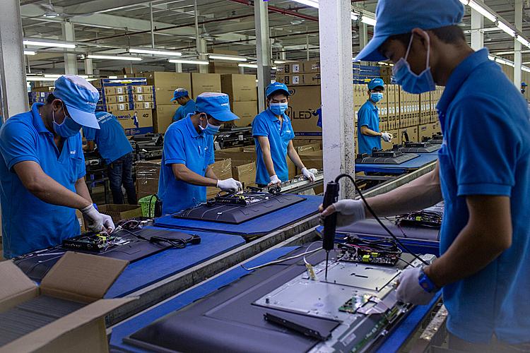 Công nhân lắp ráp tivi tại Công ty Asanzo. Ảnh: Thành Nguyễn