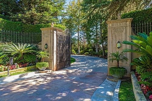 Phần cổng vào của căn nhà. Ảnh: Simon Berlyn