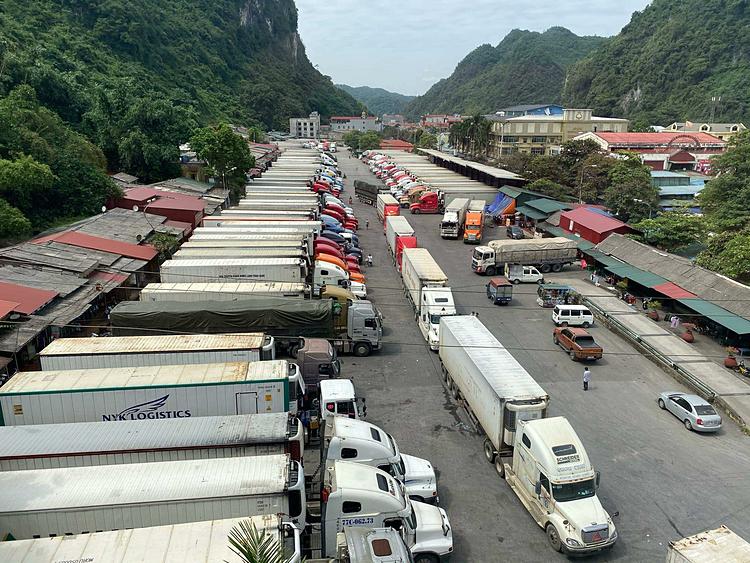Xe chở nông sản nằm chờ ở cửa khẩu Tân Thanh. Ảnh: Anh Tú