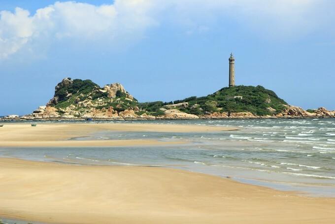 Ngọn hải đăng nổi tiếng trên mũi Kê Gà.