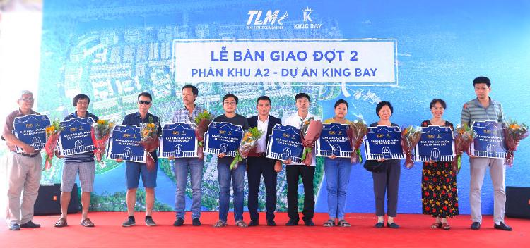 Đại diện Tập đoàn TLM trao biểu trưng cho khách hàng của đô thị xanh đẳng cấp ven sông King Bay.