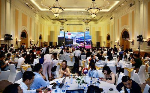Sự kiện mở bán thu hút đông đảo khách hàng, nhà đầu tư tìm kiếm cơ hội.