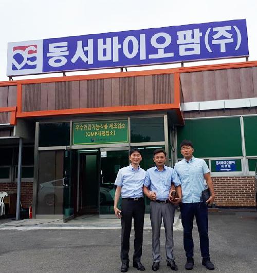 Ông Trung (giữa) cùng các đối tác Hàn Quốc.