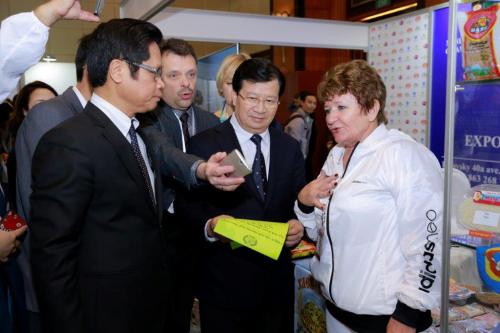 Phó Thủ tướng Trịnh Đình Dũng trao đổi với doanh nghiệp hai nướctạiExpo - Russia Vietnam 2017.