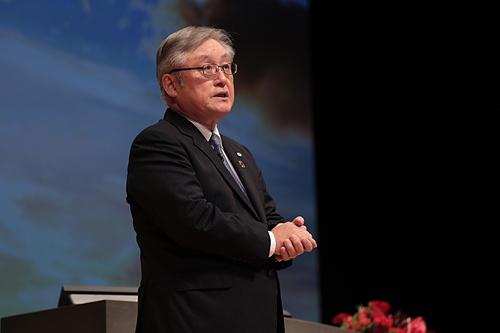 Chủ tịch và CEO Hitahci - Toshiaki Higashihara phát biểu tại Diễn đàn. Ảnh: Hitachi