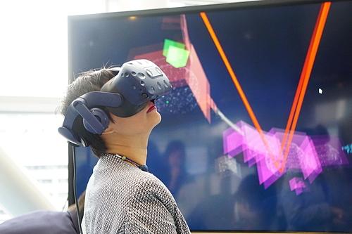 Khách tham quan trải nghiệm không gian thực tế ảo tại triển lãm thuộc khuôn khổ 'Diễn đàn Đổi mới vì Xã hội lần thứ 21' của Hitachi tại Tokyo. Ảnh: Viễn Thông