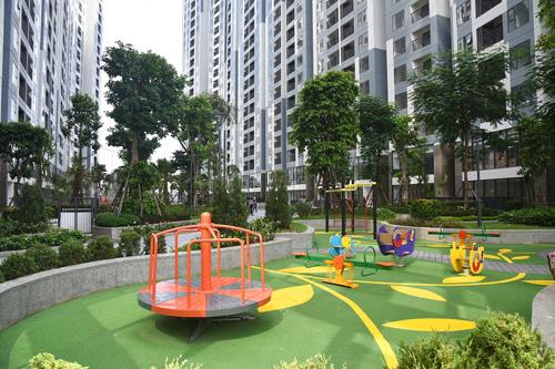 Chủ đầu tư hoàn thiện khu vực sân chơi trẻ em với đầy đủ trang thiết bị, hứa hẹn là nơi thỏa sức vui chơi cho các cư dân nhí.