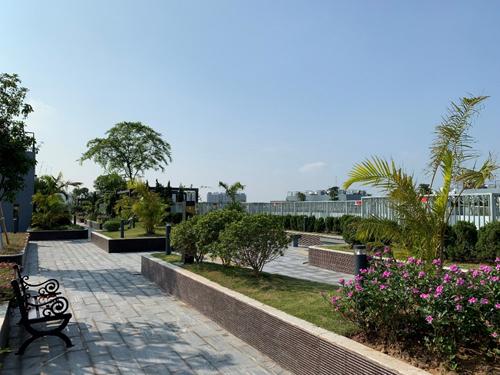 Khu vườn trên cao tại dự án với đường dạo bộ dành cho cộng đồng cư dân Imperia Sky Garden.