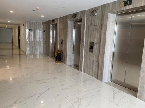 Trong tòa nhà, hệ thống thang máy đã được lắp đặt và đang vận hành thử. Đơn vị phát triển dự án cho biết thang máy sử dụng tại Imperia Sky Garden mang thương hiệu Kone.