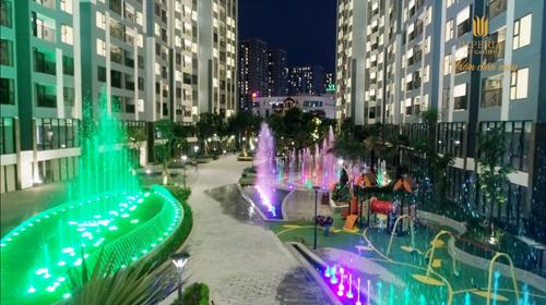 Đài phun nước nghệ thuật nằm ở khu vực trung tâm dự án đã đi vào hoạt động với nhiều màu sắc ấn tượng.