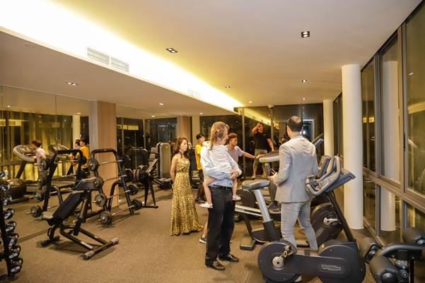 Cư dân tham quan phòng gym tại clubhouse.