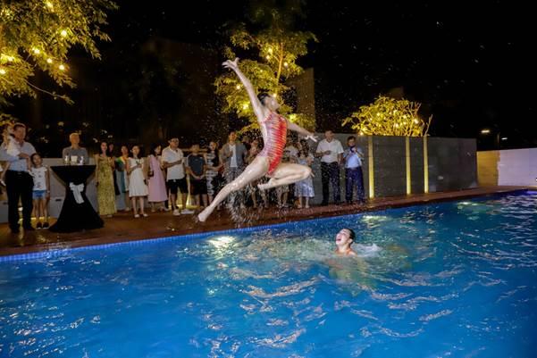 Các vận động viên bơi lội mang đến màn trình diễn ấn tượng tại buổi ra mắt clubhouse.