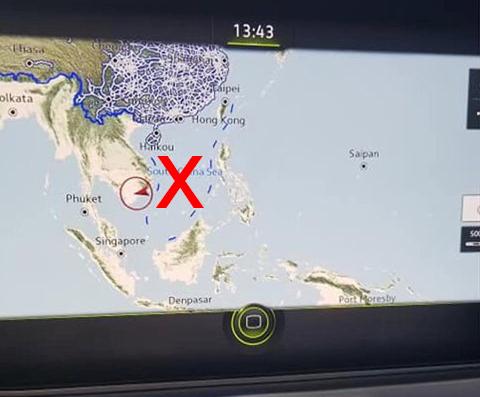 Bản đồ có đường lưỡi bò trên chiếc Volkswagen Touareg trưng bày tại triển lãm.