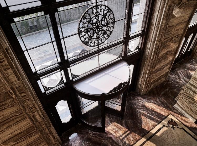 Đại sảnh được sử dụng toàn bộ bằng các loại đá quý hiếm và đắt tiền tại D. Palais Louis