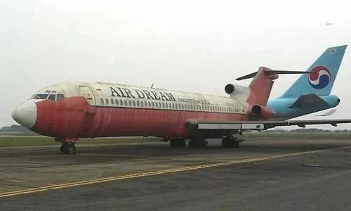Máy bay Boeing 727 của hãng hàng không Campuchia bị bỏ lại sân bay Nội Bài. Ảnh: Đoàn Loan.