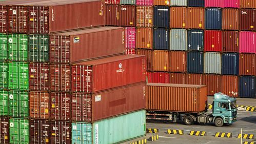 Container tại một cảng biển ở Trung Quốc. Ảnh: Bloomberg