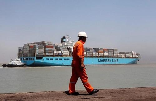 Một công nhân bước qua một tàu container phía xa tại Cảng Mundra, Gujarat, Ấn Độ. Ảnh: Reuters