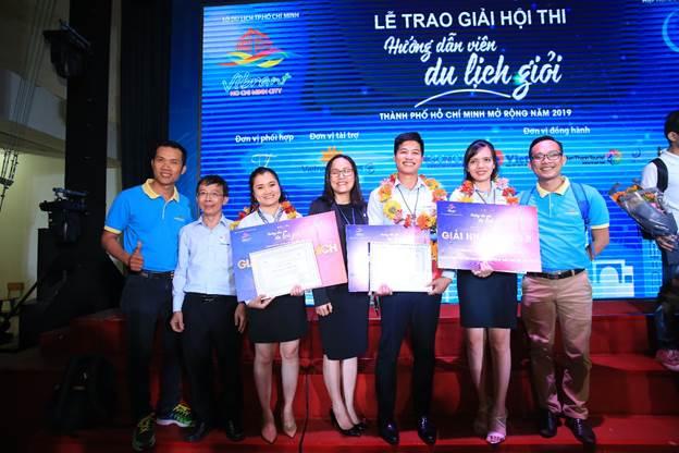 Hướng dẫn viên Thảo Ly, Hồng Tân và Thùy Dung (thứ ba, năm, sáu từ trái sang) nhận giải tại hội thi hướng dẫn viên giỏi.