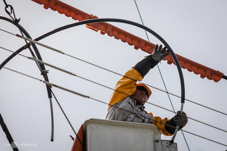 Công nhân Điện lực TP HCM sửa chữa điện nóng trên đường dây 22kV tại khu chế xuất Tân Thuận (quận 7, TP HCM). Ảnh: Thành Nguyễn