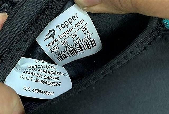 Lô hàng giày Topper xuất đi từ Trung Quốc nhưng mác lại ghi Made in Vietnam. Ảnh: HQ