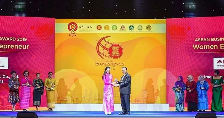Bà Lê Hồng Thủy Tiên nhận cúp từ ông Kalin Sarasin - Chủ tịch Ủy ban Thường vụ Thương mại Công nghiệp và Ngân hàng (JSCCIB).