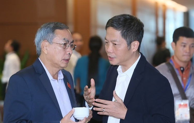 Đại biểu Phạm Văn Hòa trao đổi với Bộ trưởng Công Thương Trần Tuấn Anh.