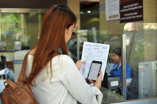 Một khách hàng thanh toán viện phí bằng ứng dụng ví điện tử.