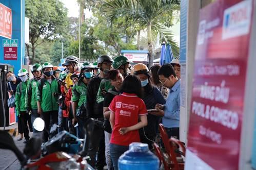 Dòng người xếp hàng chờ đổ xăng tại một cửa hàng xăng dầu PVOil TP. HCM trong ngày hội hoàn tiền của Ví MoMo.