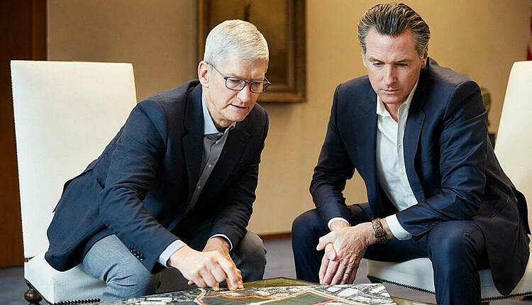 CEO Apple Tim Cook (trái) muốn hỗ trợ giải quyết khủng hoảng nhà ở tại California. Ảnh: Apple