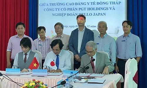 Buổi ký hợp tác giữa Cao đẳng Y tế Đồng Tháp, PGT Holdings và Hello Japan. Ảnh: Thục Nguyên