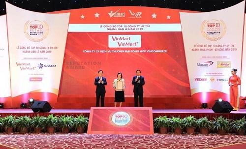 Đại diện VinMart & VinMart+ nhận giải từ Ban tổ chức