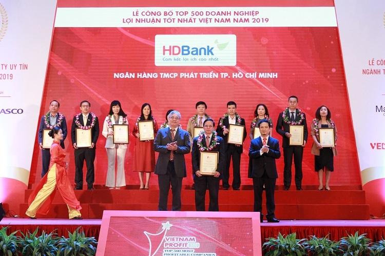 Ông Nguyễn Thành Đô - Phó chủ tịch HĐQT HDBank (phải) tại buổi lễ trao top 10 Ngân hàng – tài chính – chứng khoán có lợi nhuận tốt nhất.