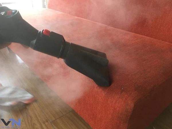 Ghế sofa cũng là một trlng những vật dụng cần được vệ sinh sạch sẽ.