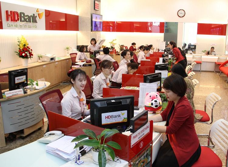 Khách hàng giao dịch tại một chi nhánh HDBank.