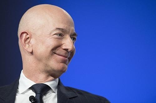 Nhà sáng lập AmazonJeff Bezos đang là người giàu nhất thế giới. Ảnh: AFP