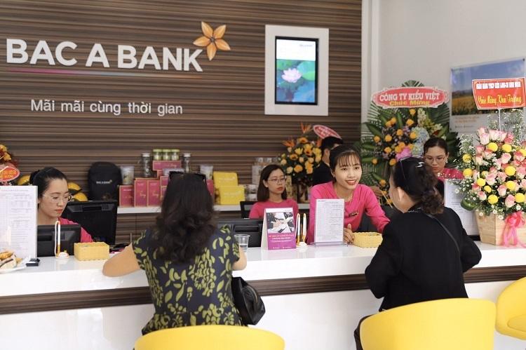 Khách hàng giao dịch tại Ngân hàng Bắc Á chi nhánh Bình Định trong ngày khai trương.