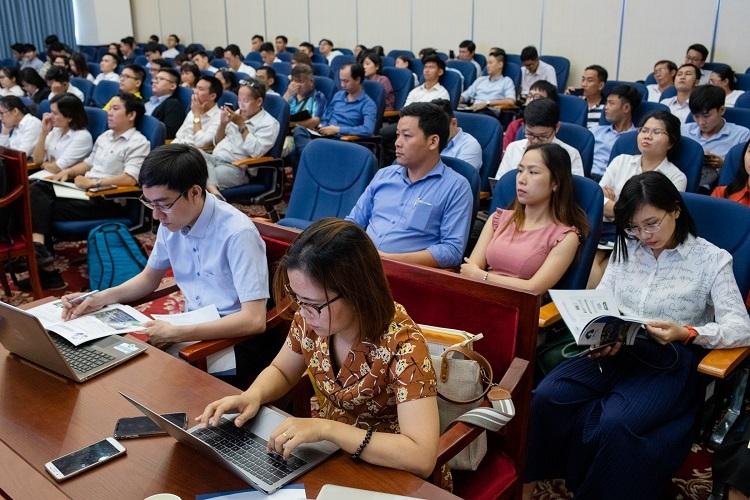 Khoảng 100 nhà đầu tư dự hội thảo giới thiệu tiềm năng cổ phiếu NHH hôm 7/11 tại TP HCM. Ảnh: Thành Nguyễn.