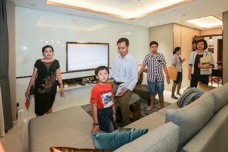 Khách tham quan và trải nghiệm nhà mẫu tại biệt thự cảnh quan Happy Valley Premier hôm 2/11. Ảnh: Quỳnh Trần.