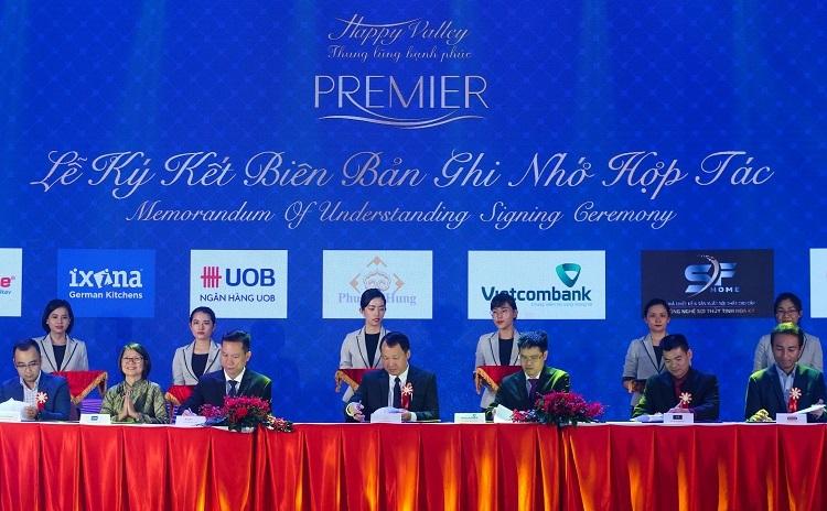 Ông Bùi Duy Toàn - Giám đốc Khối Kinh doanh và Tiếp thị công ty Phú Mỹ Hưng (giữa) cùng đại diện các đối tác ký hợp tác cung cấp ưu đãi tối đa cho khách hàng Happy Valley Premier. Ảnh: Quỳnh Trần.