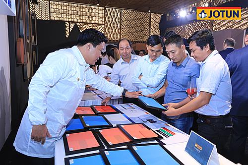Khách hàng được tư vấn các mẫu sơn mới tại sự kiện.